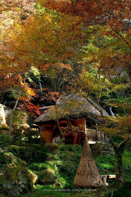 高千穂峡の水車小屋と紅葉 01
