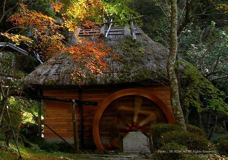 高千穂峡の水車小屋と紅葉 03