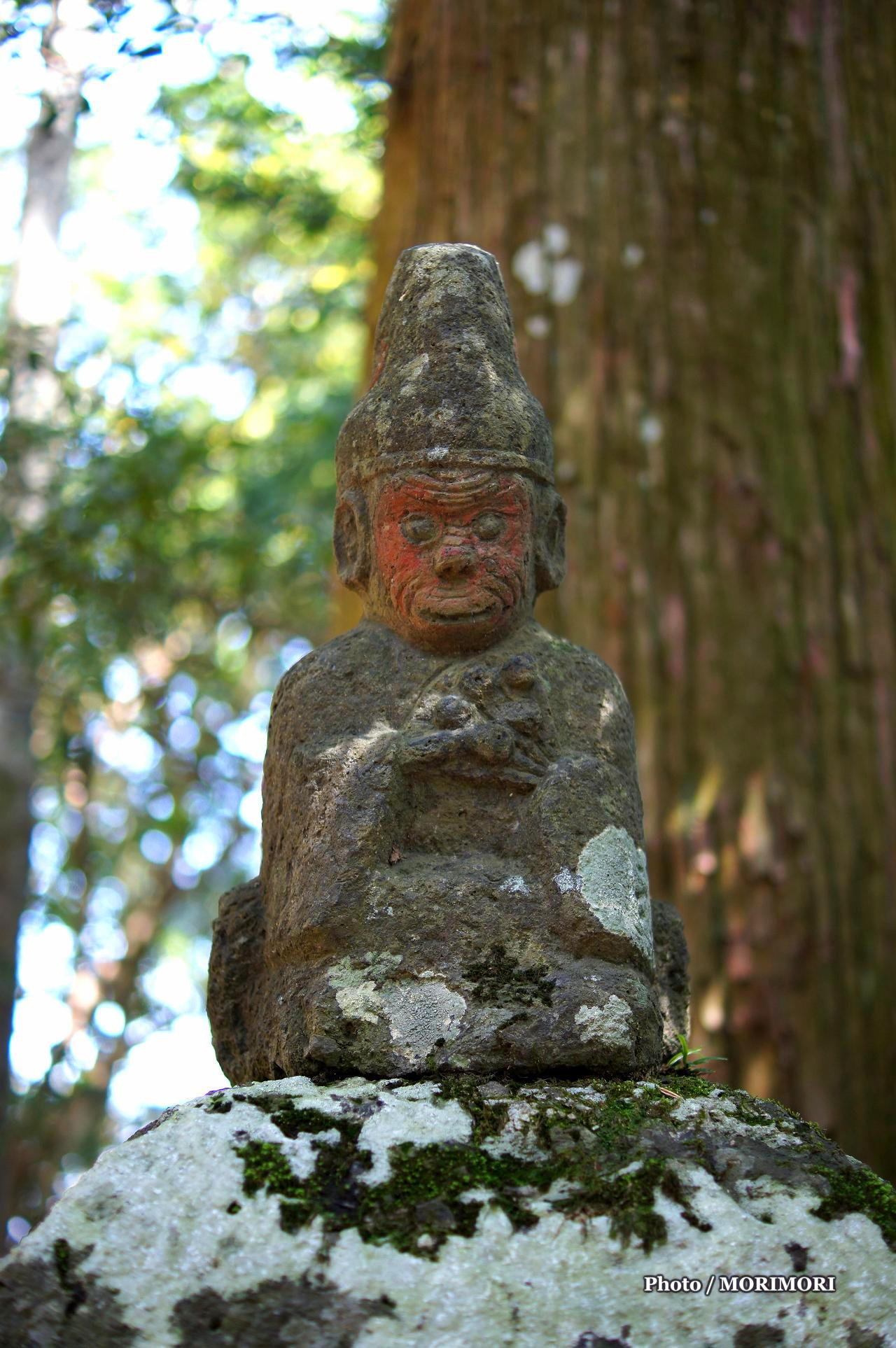 高千穂向山神社参道の灯篭上の猿の石像