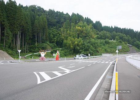 国道沿いの、高千穂神楽(手力雄神・天鈿女命) 立像