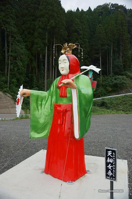 国道沿いの、高千穂神楽(天鈿女命) 立像